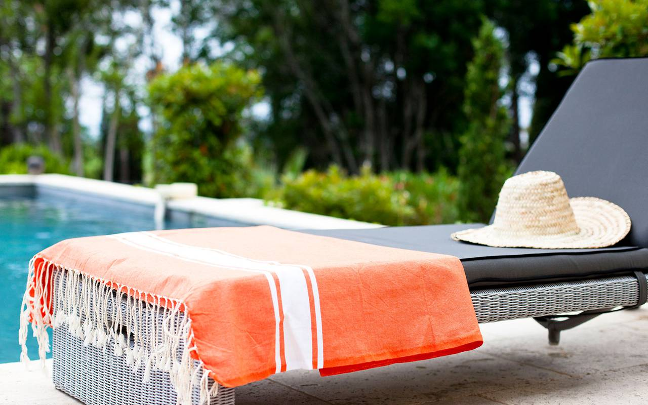 deckchair by the swimming pool, hérault villa rental, Domaine et Demeure