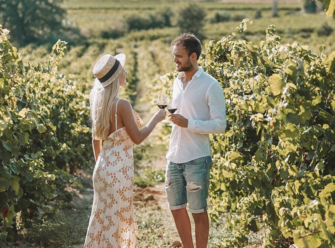 Couple in the vineyards of our Landegoc holiday rentals, the Château St Pierre de Serjac.