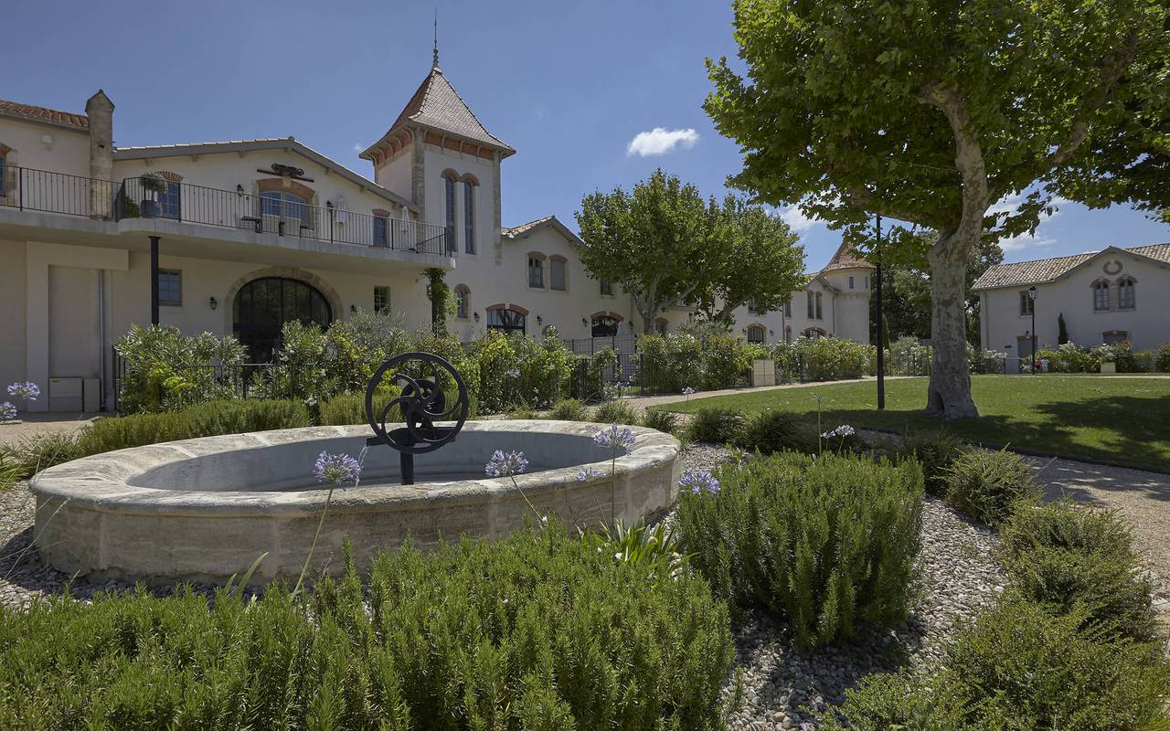 Garden with fountain, hotel spa herault, Domaine & Demeure