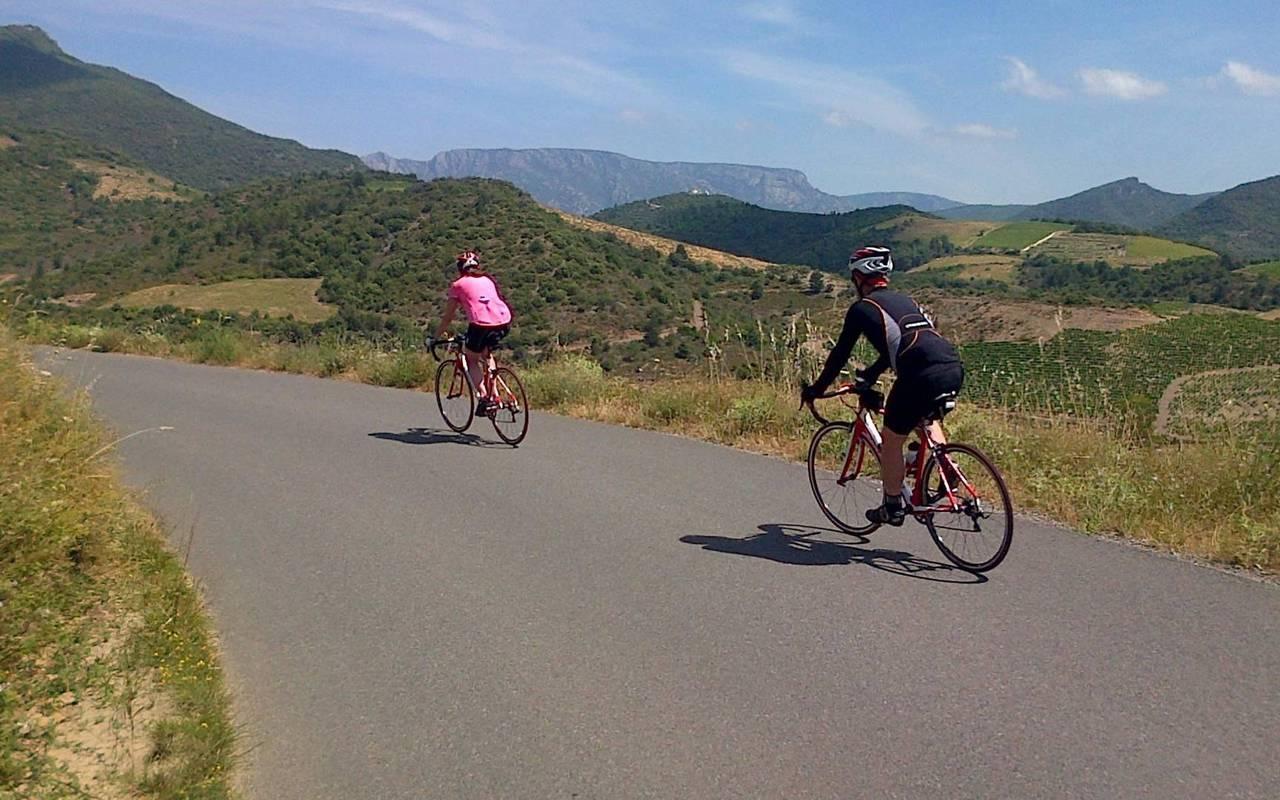 Personnes faisant du vélo à côté de notre hôtel spa dans l'Hérault, le Château St Pierre de Serjac.