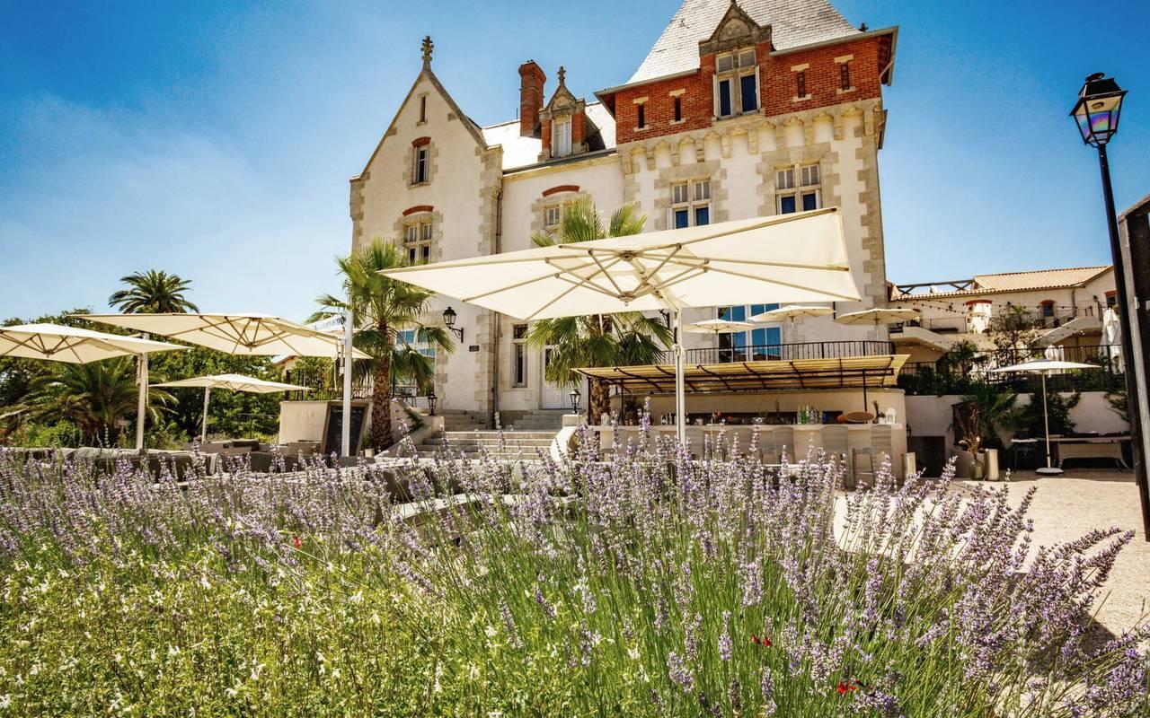 Vue du Château St Pierre de Serjac de l'extérieur, pour un séjour spa en Occitanie.