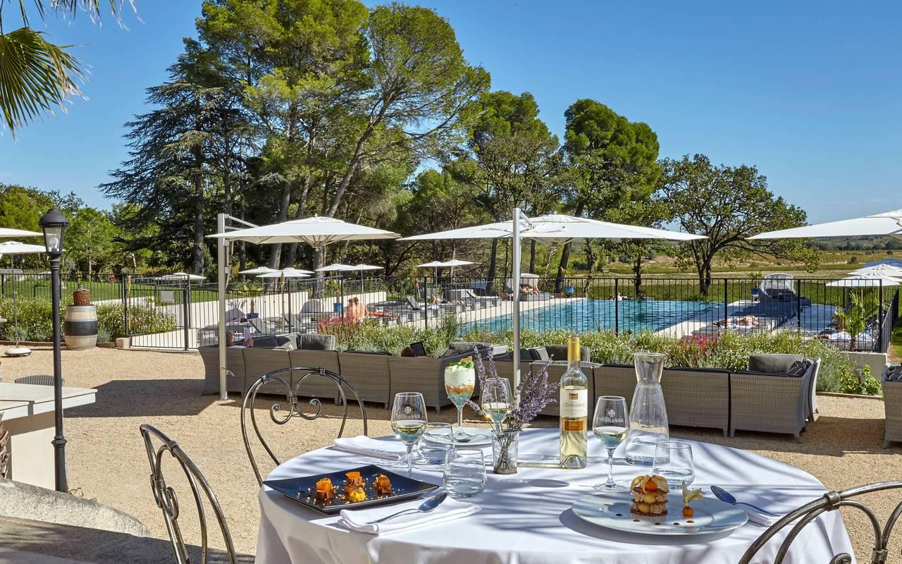 Déjeuner en terrasse, vignoble languedoc, Domaine et Demeure