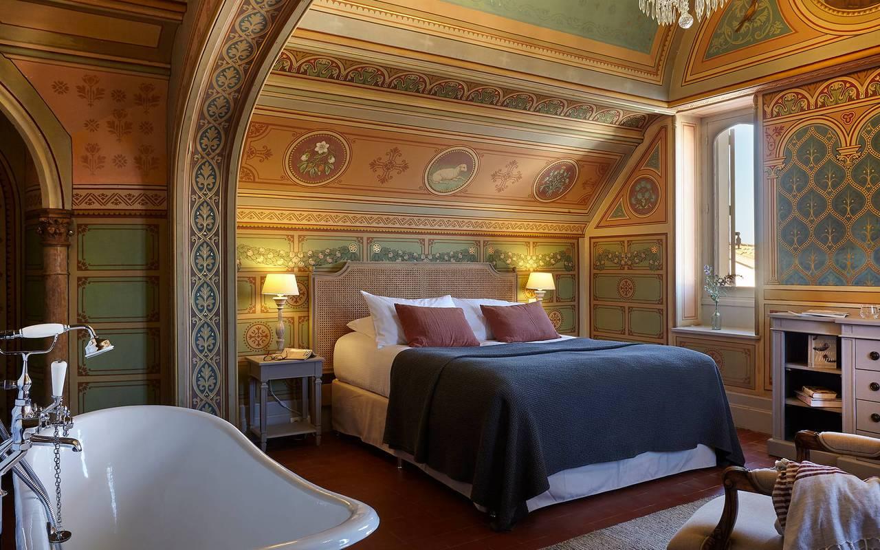 Chambre La Chapelle à la décoration authentique dans notre hôtel spa dans l'Hérault, le Château St Pierre de Serjac.