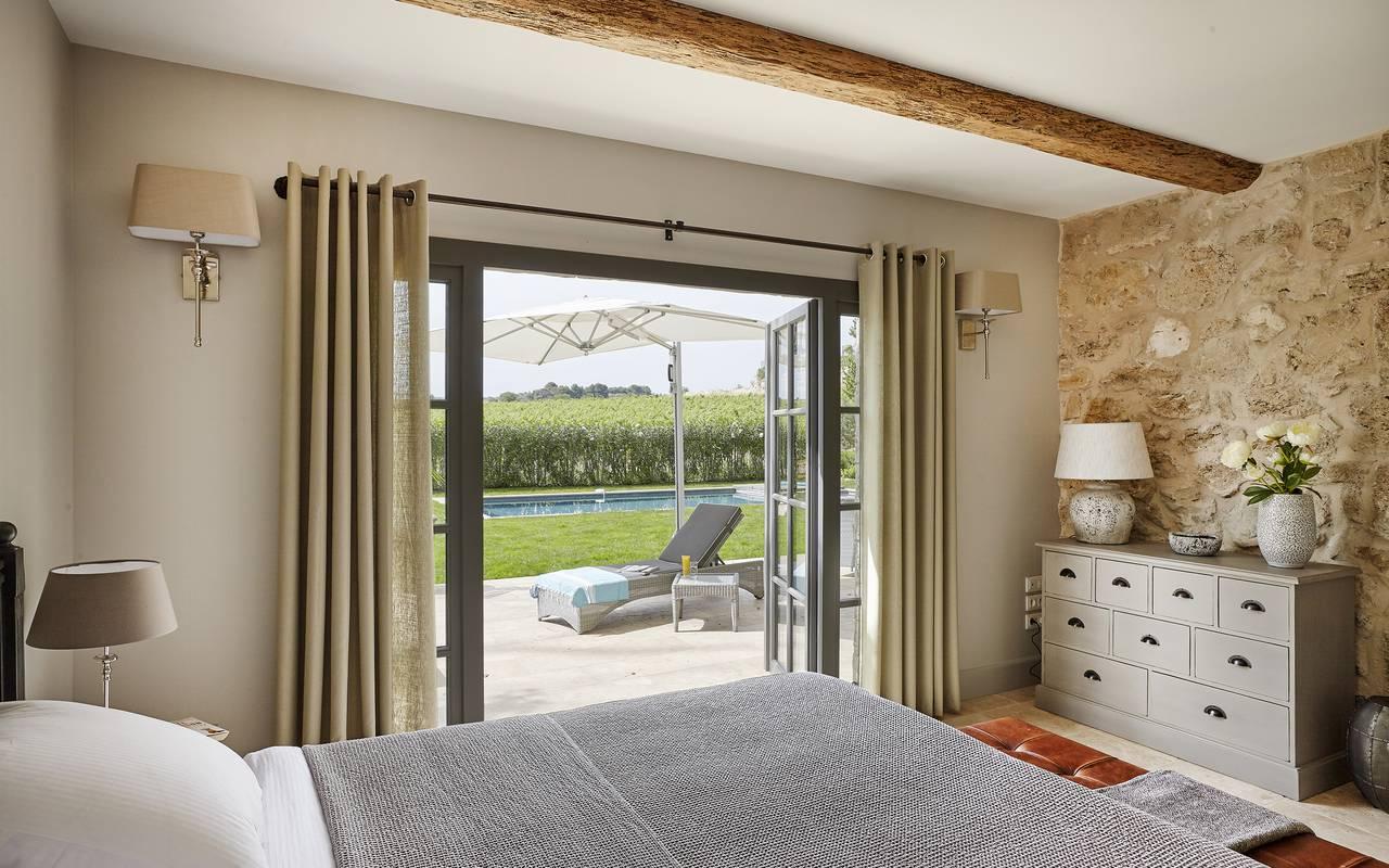 Chambre avec vue sur la piscine, villa dans le sud de la france, Domaine & Demeure